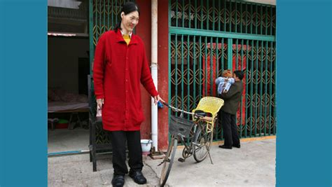 Yao Defen, world's tallest woman, dies aged 40 | Guinness